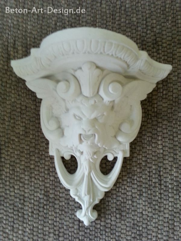 "Wall console ""lion"" in either plaster or concrete"