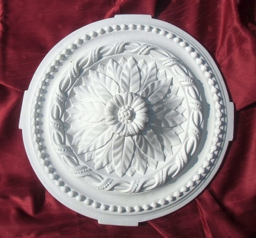 Ceiling rose with round leaves as an ornamental element